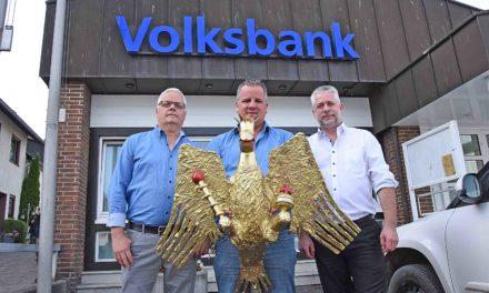 Jubilar Stephan Honert schenkt Garbecker Schützen prächtigen Vogel