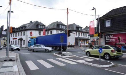 Autofahrer fluchen über riesiges Verkehrs-Chaos – Ampeln legen Verkehr lahm