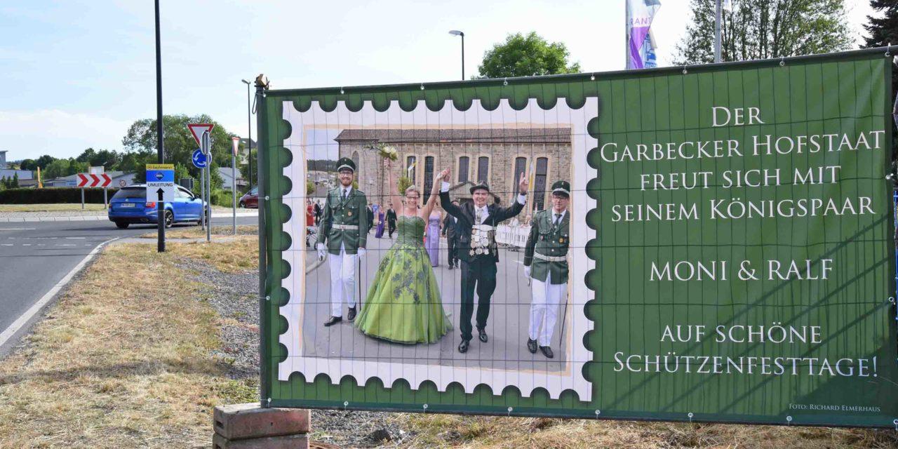 """Königspaar """"Geier"""" und Moni Geuyen laden zum Garbecker Schützenfest ein"""