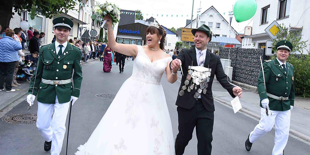 Neues Garbecker Königspaar stark bejubelt im Festzug