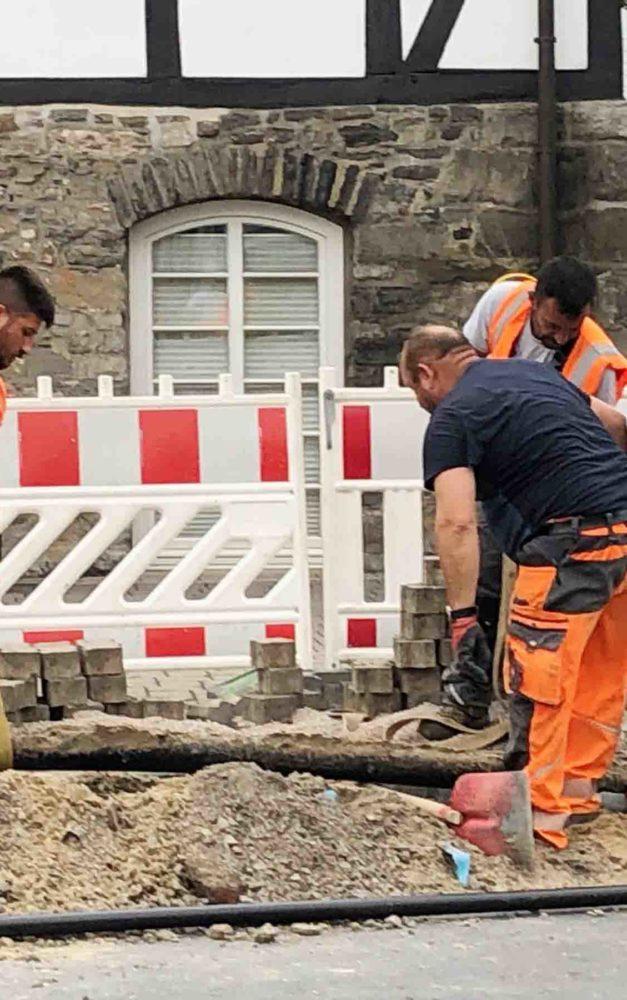 Großartige Leistung: Telekomleitung im Rekordtempo auf Hönnetalstraße verlegt
