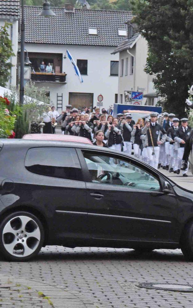 Samstag-Festzug in Balve: Golf-Fahrer sorgen für Schrecksekunden