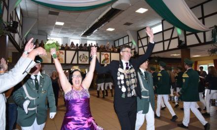 FOTOGALERIE: Charmantes Königspaar Kemper läutet mit Einzug in Schützenhalle tolles Finale ein
