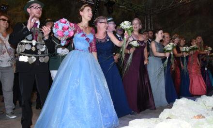 Fotogalerie: Volles Haus und schöne Momente beim Einzug der Majestäten in den Felsendom