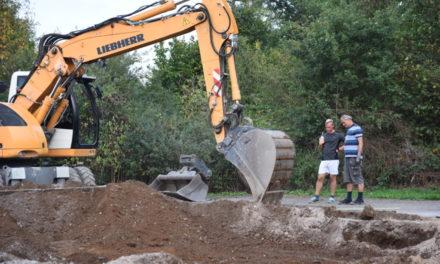 Bau des neuen Beckumer Sportheims beginnt mit Schwerstarbeit für den Bagger