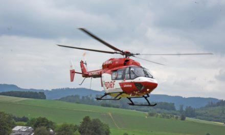 Motorrad prallt gegen Trecker – Hubschrauber im Einsatz