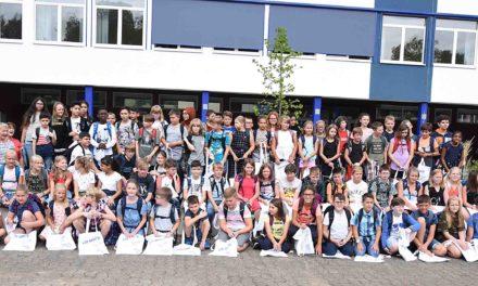 Realschule Balve begrüßt 79 Kinder mit Musik und Tanz