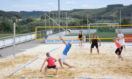 Spannendes Beach-Volleyball-Turnier in bunten Bildern
