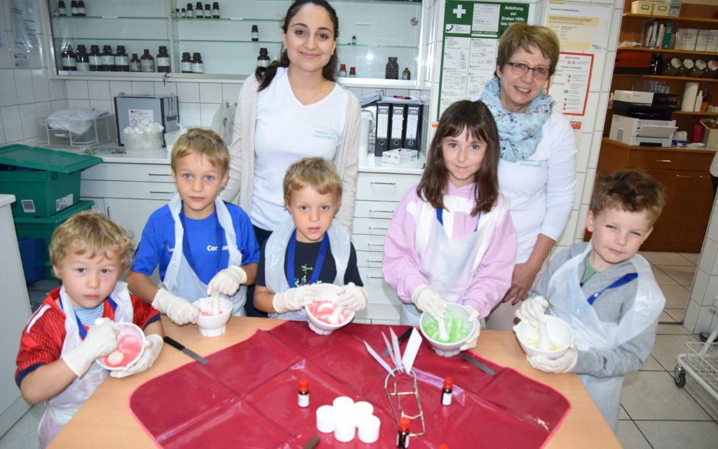 Kinder begeistert vom Besuch in der Jubiläums-Apotheke