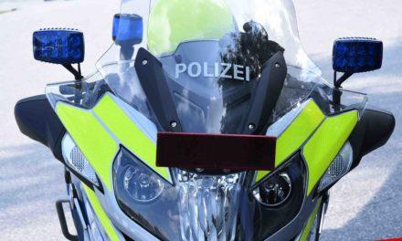 Fußgänger von Motorrad auf Gehweg schwer verletzt
