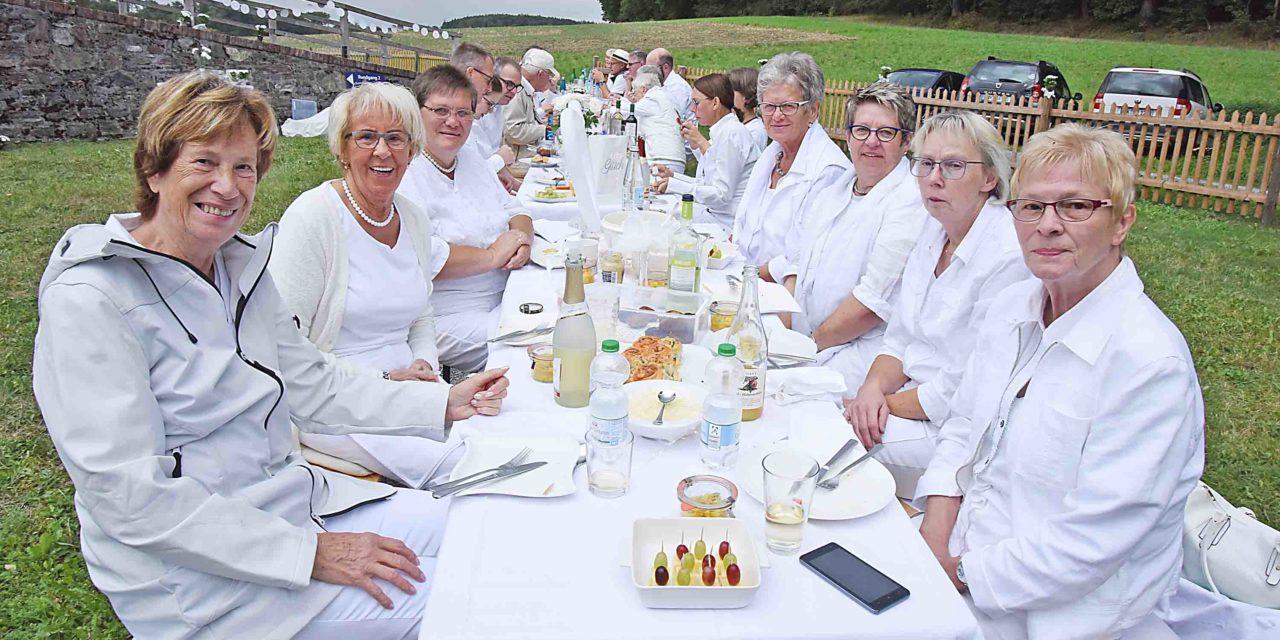 LUISENHÜTTE: Picknick in Weiß endet mit strahlendem Sonnenschein