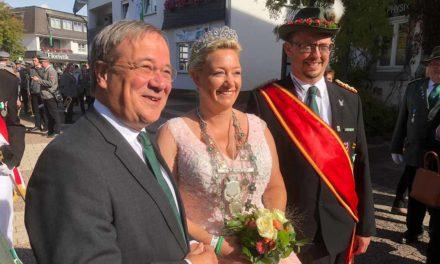 Ministerpräsident Laschet und Bundesschützenkönigin Daniela I. strahlen mit der Sonne um die Wette