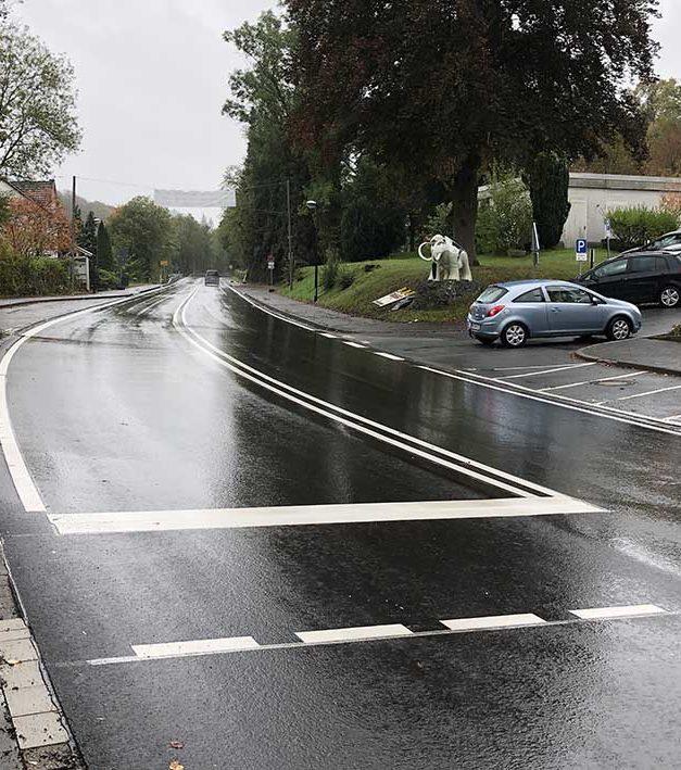 EILMELDUNG: Straßen.NRW lässt irrwitzige Markierung auf B 229 entfernen