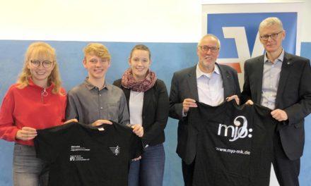Volksbank spendet neue T-Shirts für Märkisches Jugendsinfonieorchester