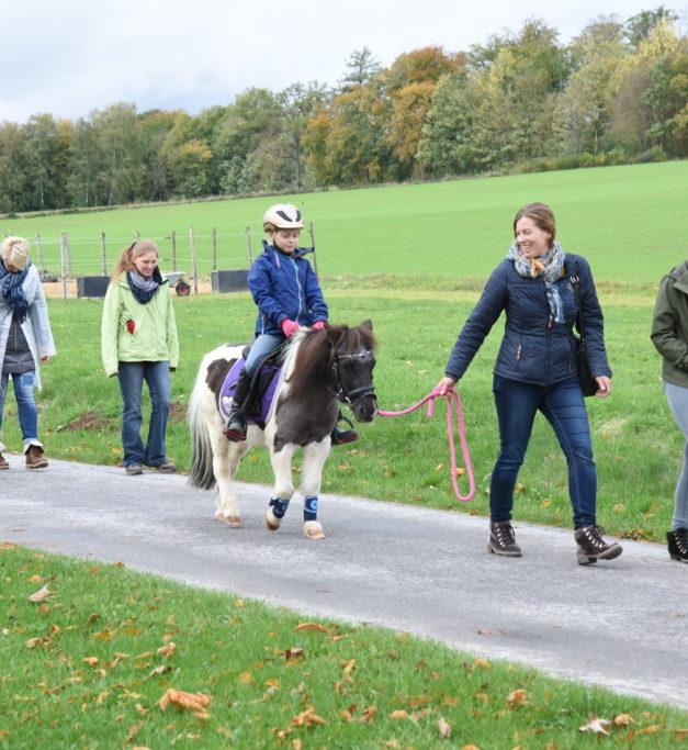 Pilzsammler staunen über Scharen von fröhlichen Reitern und Wanderern