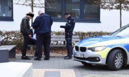 Krimi in Balve: Polizei stürmt mit vorgehaltener Pistole auf Stadtparkbesucher zu