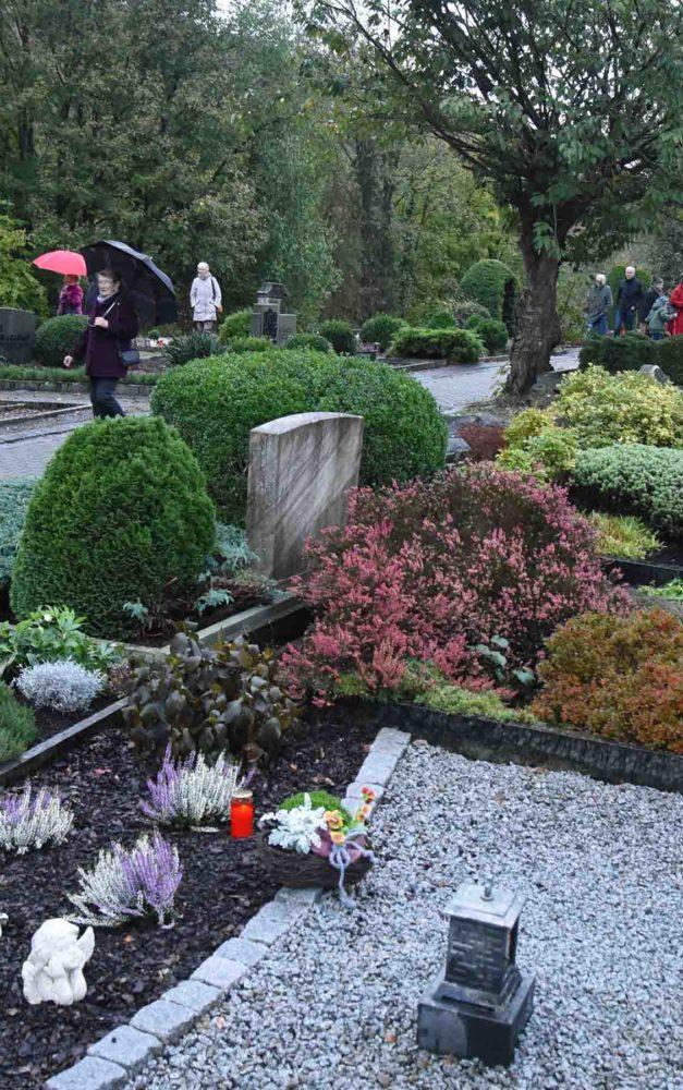 K+K segnen Gräber auf Balver Friedhöfen