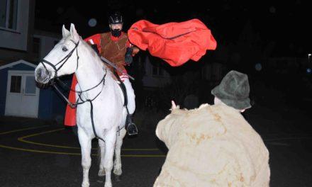 Mantelteilung ist vor 600 Zuschauern Höhepunkt des Balver Martinszuges