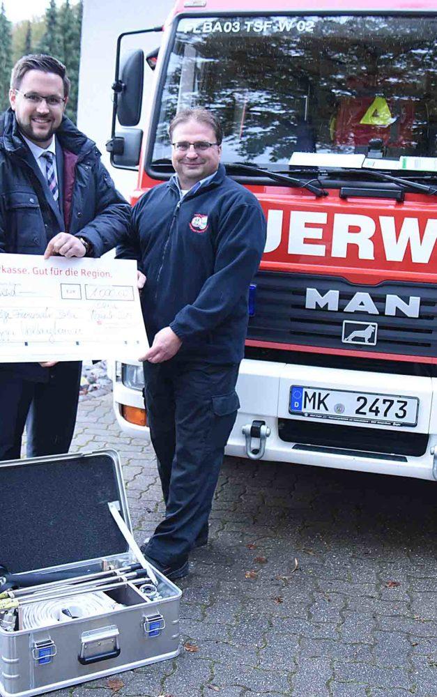 Sparkasse stellt 1.000 Euro für Nebellöschsystem zur Verfügung