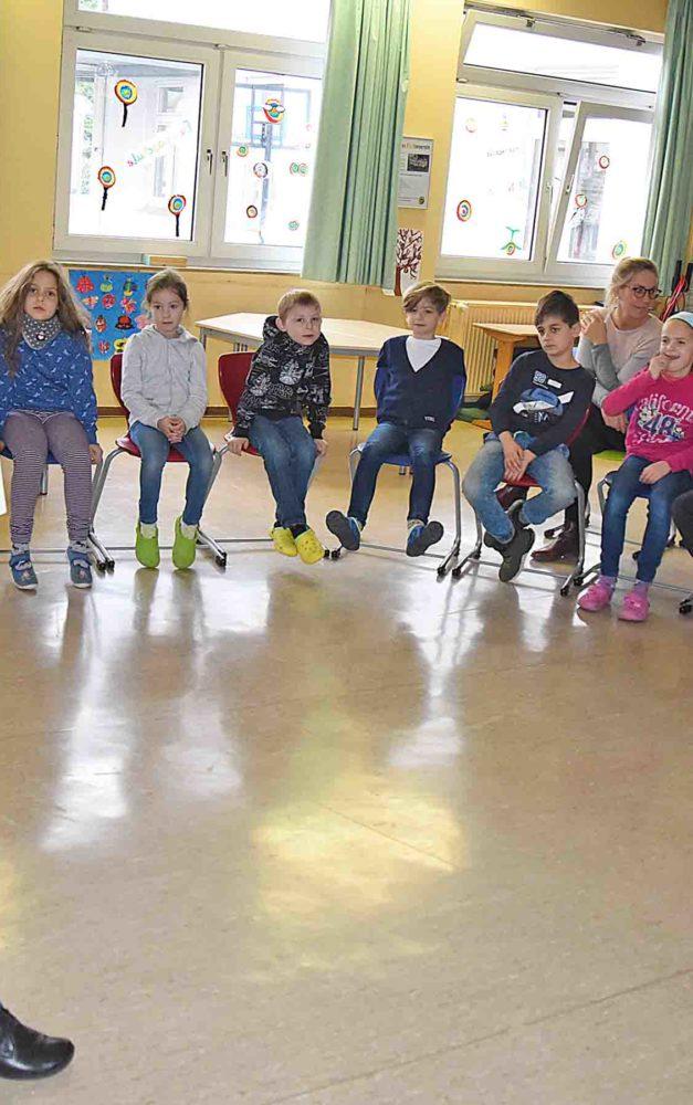 Kinderbuch-Expertin Christa Robbers begeistert Beckumer Schüler am Vorlesetag