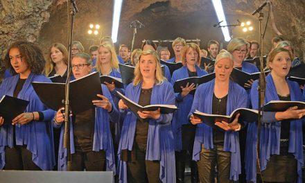 Junger Chor Eslohe stimmt im Balver Dom auf Weihnachten ein