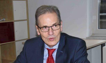 Optimistischer SPD-Landrats-Kandidat Volker Schmidt gab heute seine Visitenkarte in Balve ab
