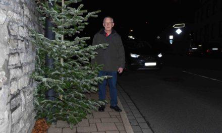 Weihnachtsbaum große Gefahr für Fußgänger und Rollstuhlfahrer