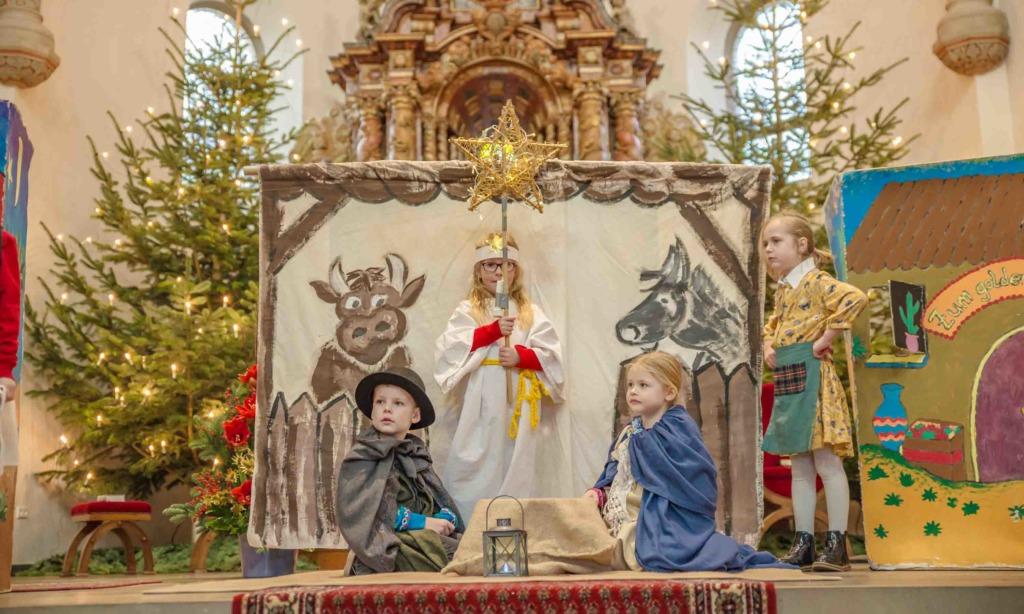 FOTOGALERIE: Krippenspiel im Balver Dom stimmt Jung und Alt großartig auf Weihnachten ein