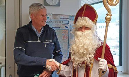 St. Nikolaus bringt Polizisten zum Strahlen