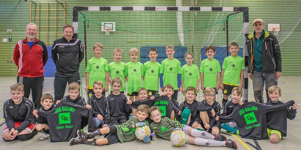 Junge Fußballer in neuem Outfit