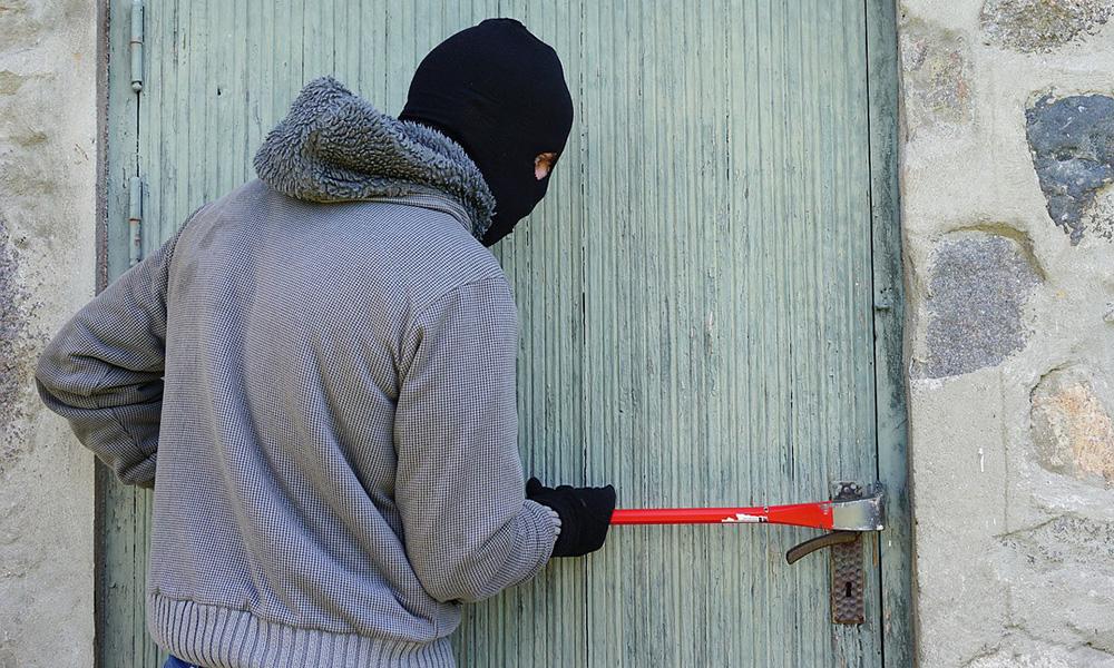 Einbrecher hebeln Balkontür auf und nehmen Schmuck mit