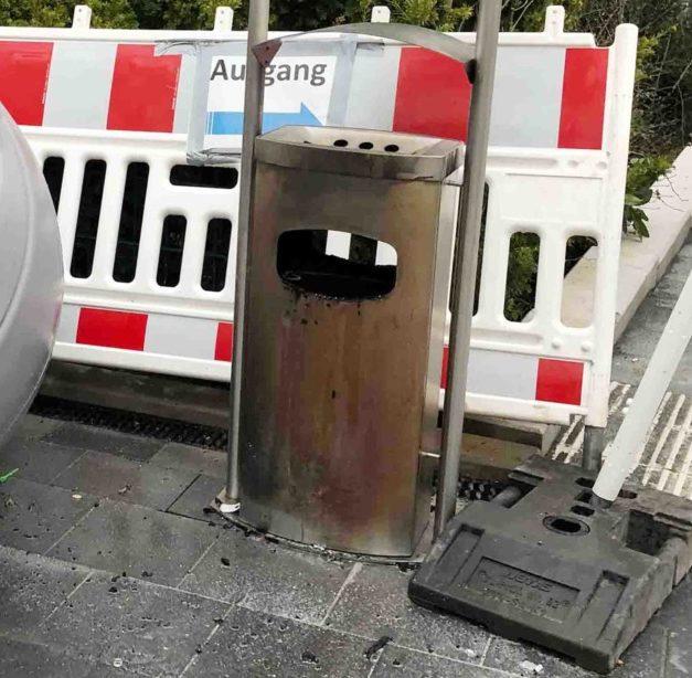 Fahrlässige Brandstiftung?: Brennender Mülleimer am Bahnhof