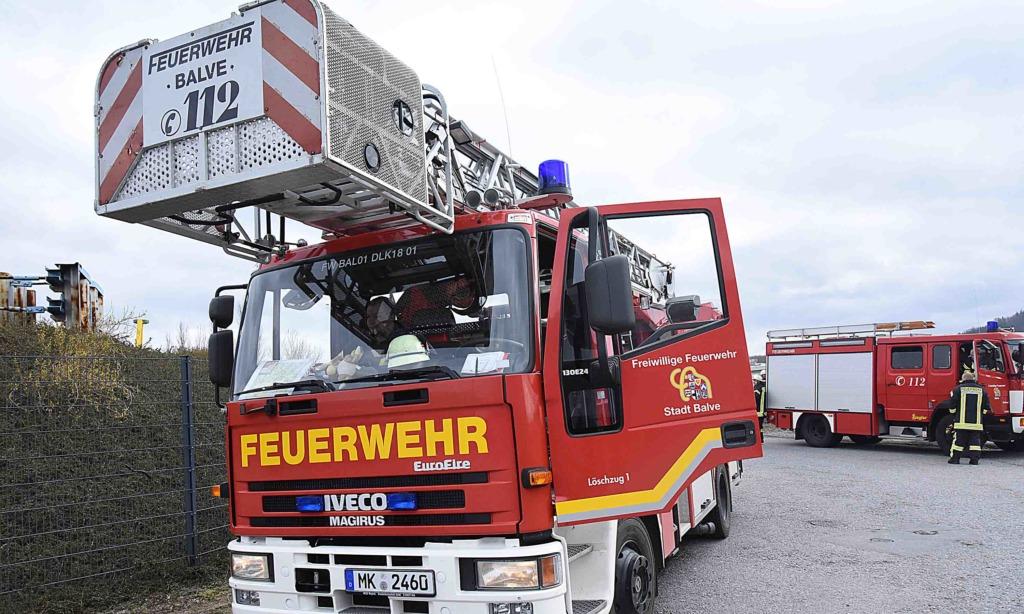 Balver Feuerwehr mit Drehleiter zur Brandbekämpfung in Neuenrade – 3.40 Uhr wieder in Balve