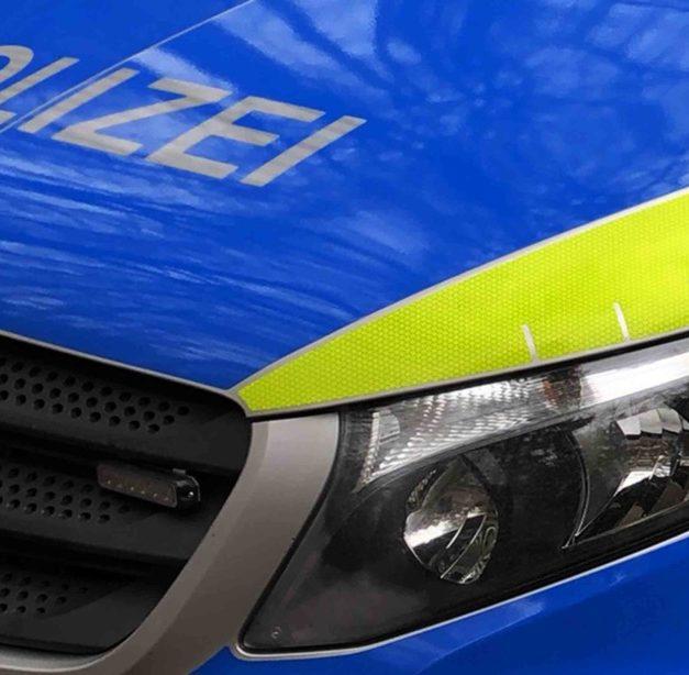 Schwerer Unfall mit Mercedes GT – Feuerwehr muss Fahrer und Beifahrerin aus Pkw befreien