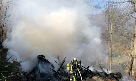 Gartenhaus brennt in voller Ausdehnung