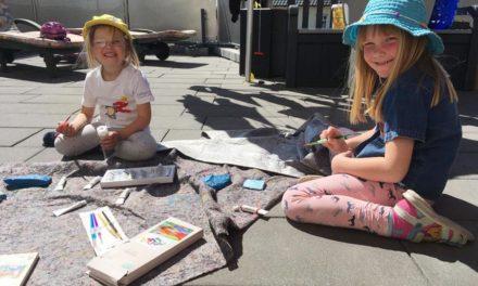 Kinder wollen mit bunten Troststeinen den älteren einsamen Menschen ein Lächeln ins Gesicht zaubern