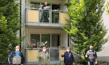 Männerchor Balve gratuliert Urgestein Willi Lindemann mit Gesang und Blumen