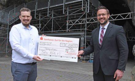 Festspielverein Balve ist das Lachen nicht vergangen – Sparkasse spendet 1.000 Euro
