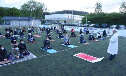 100 Muslime eröffnen Zuckerfest auf dem Sportplatz in Balve