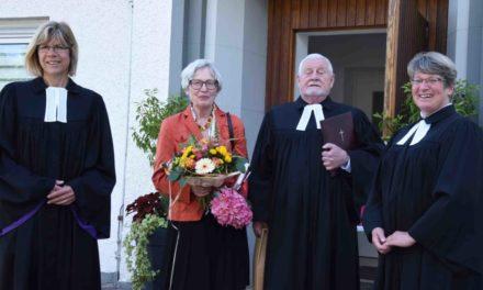 Superintendentin Espelöer verneigt sich vor Jubilar Pfarrer i.R. Quadbeck