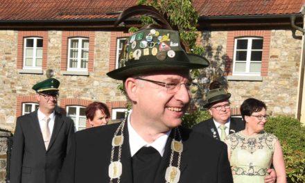 Schützenkönig Pfarrer Schulte führt sein Volk in die Verlängerung