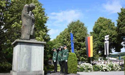 Vorbildlicher Arbeitseinsatz der Jugend am altehrwürdigen Ehrenmal in Garbeck