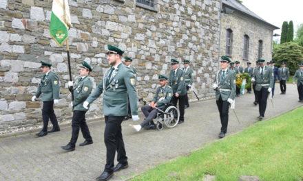 Schützenkönig Christian Stein fährt im Rollstuhl zum Ehrenmal