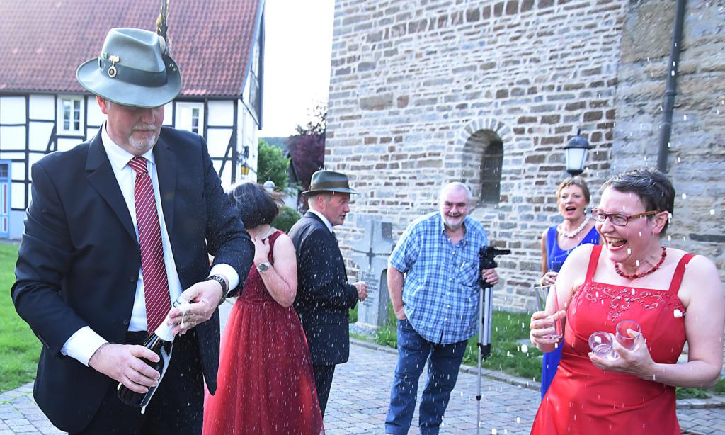 "IMPRESSIONEN: ""Himmlischer Hofstaat"" lässt Sektkorken vor Balver Dom knallen"