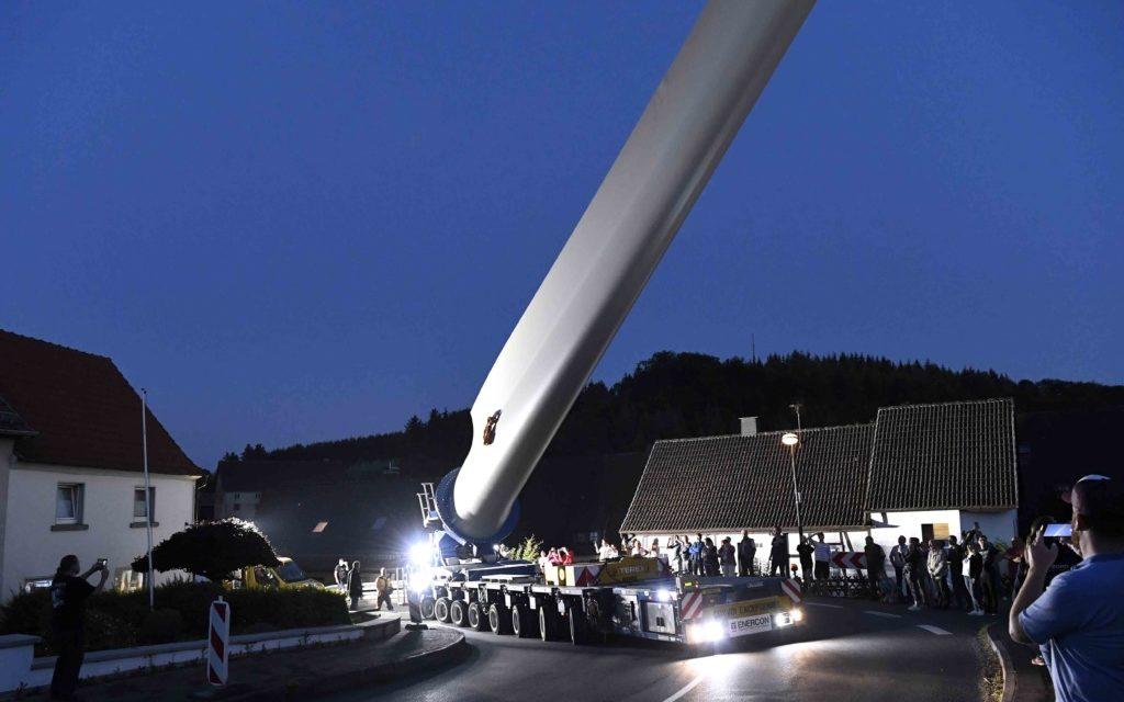 FOTOGALERIE: Wenn es Nacht wird, bestaunen die Menschen die riesigen Windflügel