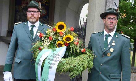 FOTOGALERIE – Schützenbruderschaft Beckum: Open-Air-Messfeier – Blick in renovierte Kirche und Kranzniederlegung