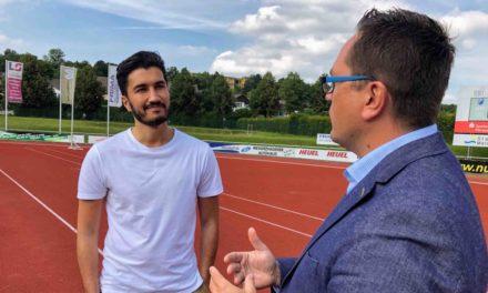 Bundesliga-Fußballer Nuri Sahin und MdL Marco Voge tauschen sich beim RSV Meinerzhagen über Fördermittel aus