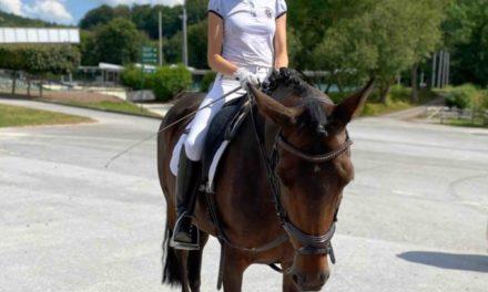 12 Reiterinnen freuen sich über ihre Reitabzeichen