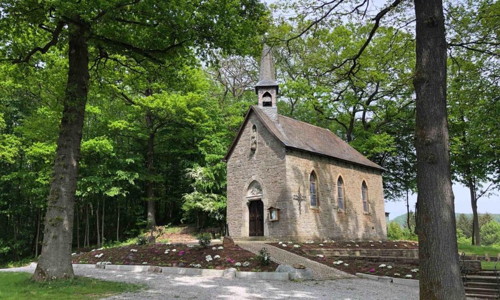"""Wütender Kirchenvorstand: """"Jetzt reicht es – Vorplatz der Piuskapelle verkommt zur Partymeile"""""""