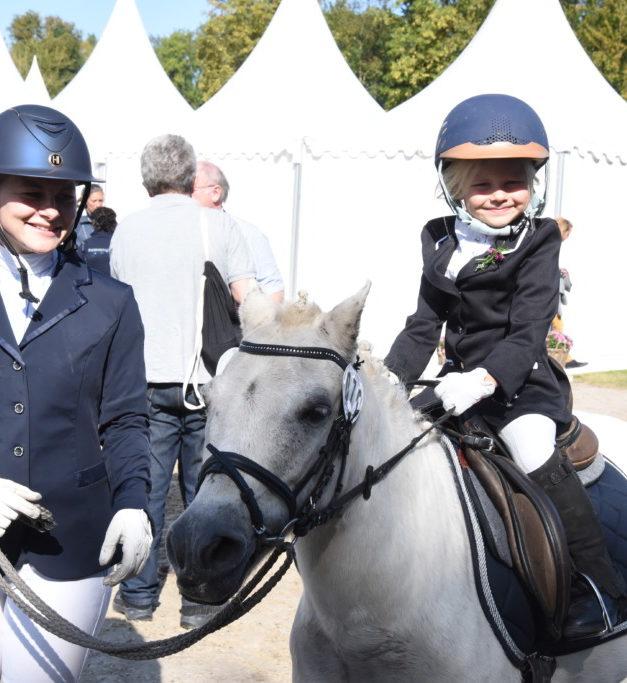 FOTOGALERIE: Tomma-Marie aus Mellen strahlt beim Pony-Führzügel-Wettbewerb mit der Sonne um die Wette